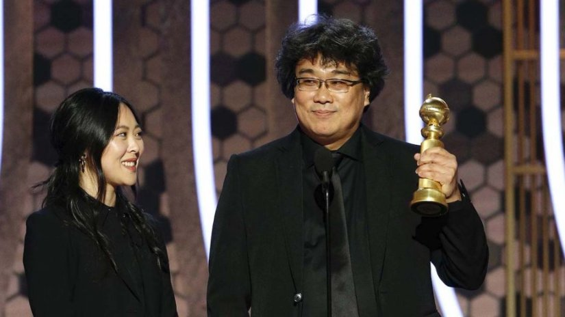 bong_joon_ho_accepts_the_award_for_best_motion_picture_foreign_language_for_22parasite22__-_golden_globes_2020_-_publicity_-_h_2020_0